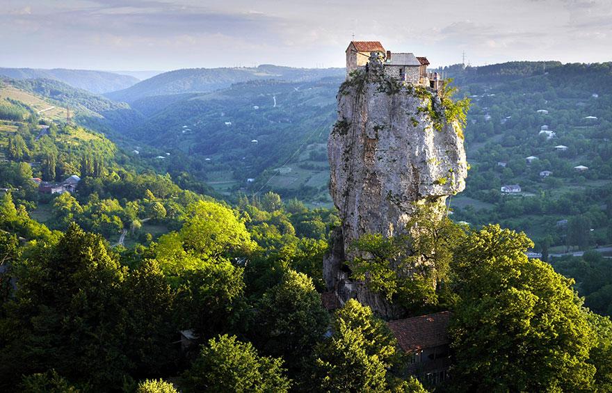 Le Piton de Katchkhi (Géorgie) En regardant bien, on peut apercevoir l'échelle pour y monter. Photo ; Amos Chapple